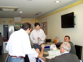 2010/10/24: Οι Β. Χατζηλάμπρου και Δ. Μπαξεβανάκης κατά την περιοδεία στον Πύργο.