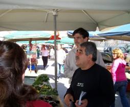 2010/10/24: Οι Γ. Καραμάνης και Δ. Μπαξεβανάκης στη λαϊκή αγορά του Πύργου.