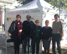 2010/10/30: Οι υποψήφιες Μ. Ανδρώνη, Β. Διαμαντοπούλου και Ελ. Καραμάνη με τους Β. Χατζηλάμπρου και Δ. Μπαξεβανάκη στο περίπτερο του συνδυασμού στον Πύργο.