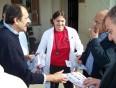 2010/11/03: Ο Β. Χατζηλάμπρου και η καρδιολόγος Μ. Μηλιτσοπούλου, υποψήφια του συνδυασμού, κατά την περιοδεία στο «409».