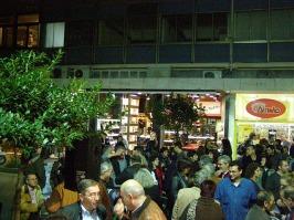 """2010/11/04: Μετά το τέλος των ομιλιών οι συζητήσεις στα """"πηγαδάκια"""" κράτησαν για ώρα."""