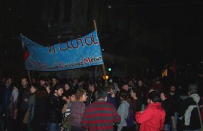 2012/11/17: Οι διαδηλωτες δεν διαλυονται απο τον «πολεμο» χημικων της αστυνομιας. Το συνθημα «Κατω η χουντα» ηχει παντου