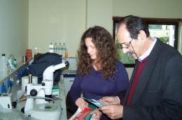2013/03/15: Απο την επισκεψη του Β. Χατζηλαμπρου στα εργαστηρια του Περιφερειακου Κεντρου Προστασιας Φυτων & Ποιοτικου Ελεγχου Αχαϊας