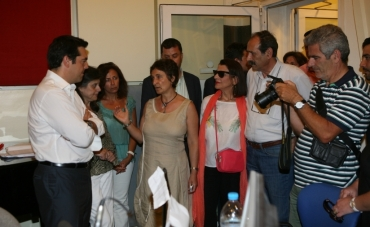 2013/07/04: Στιγμιοτυπο απο την επισκεψη του Αλ. Τσιπρα και των βουλευτων Αχαϊας του ΣΥΡΙΖΑ-ΕΚΜ στην ΕΡΑ Πατρας