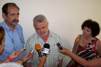 2013/07/25: Απο αριστερα: Β. Χατζηλαμπρου, Ν. Μανιος και Εφη Γεωργοπουλου-Σαλταρη κατα την επισκεψη του κλιμακιου του ΣΥΡΙΖΑ στο νοσοκομειο Πυργου