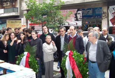2013/11/16: Ο Β. Χατζηλαμπρου καταθετει στεφανι εκ μερους του ΣΥΡΙΖΑ στο Παραρτημα στην 40η επετειο εξεγερσης του Νοεμβρη