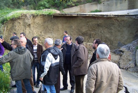 2014/03/08: Στιγμιοτυπο απο την επισκεψη του κλιμακίου του ΣΥΡΙΖΑ στα πληγεντα απο τις κατολισθησεις χωρια της Ηλειας