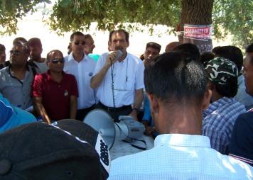 """2014/07/20: Απο τη δραση που διοργανωσε η πρωτοβουλια """"Αλληλεγγυη για ολους"""" σε συμπαρασταση των εργατων γης στη Μανωλαδα"""