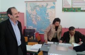2015/01/25: Στο σχολειο Βραχναιιων ψηφισε το πρωι της 25ης Ιανουαριου ο Β. Χατζηλαμπρου