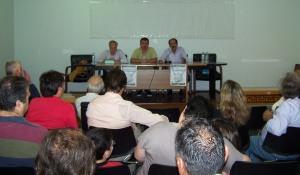 Οι ομιλητές Β. Χατζηλάμπρου και Χρ. Λιαρομμάτης με τον συντονιστή Π. Κουνάβη (κέντρο), κατά τη μαζικότατη εκδήλωση της τοπικής οργάνωσης του ΣΥΡΙΖΑ-ΕΚΜ Δυτικής Αχαΐας